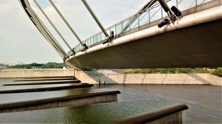 View from underneath the arched boardwalk of the dam at Tasik Putrajaya. (photo credit : Shah Said ; @ all rights reserved)
