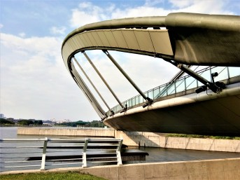 Side view of the arch boardwalk at the dam of Tasik Putrajaya. (photo credit : Shah Said ; @ all rights reserved)
