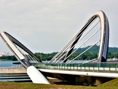 The arched boardwalk at the dam by the edge of Tasik Putrajaya. (photo credit : Shah Said ; @ all rights reserved)