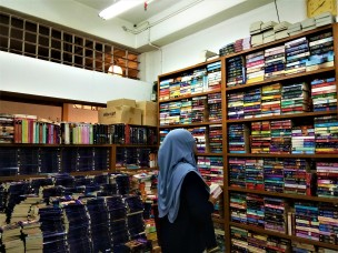 Collection of second hand books for sale, at a fraction of the price of brand new book. (photo credit : Shah Said ; @ all rights reserved)