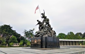 The Tugu Negara. The inscription used is 'Dedicated to the heroic fighters in the case of peace and freedom, May the blessing of Allah be upon them'. (photo credit : Shah Said ; @ all rights reserved)