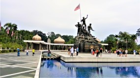 The Tugu Negara on its island. (photo credit : Shah Said ; @ all rights reserved)