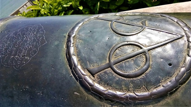 The bronze cannon 'Sri Rambai', with the mark of the Dutch East Hindia Company (VOC) as well as the inscription in Jawi. (photo credit : Shah Said ; @ all rights reserved)