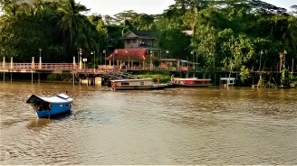 The river taxi plying between the opposite banks of the Kuching waterfront. (photo credit : Shah Said ; @ all rights reserved)