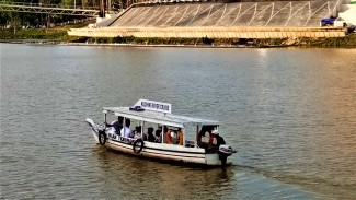A smaller river cruise boat, plying the waterways. (photo credit : Shah Said ; @ all rights reserved)