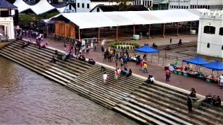 By the banks of the Kuching waterfront, where strollers to the waterfront would sit, rest and while away the evening. (photo credit : Shah Said ; @ all rights reserved)