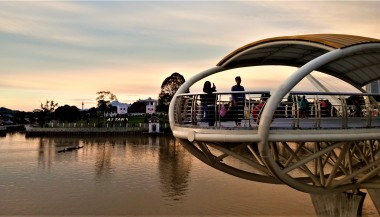 The viewing area on the Darul Hana bridge, crossing the waterway (photo credit : Shah Said ; @ all rights reserved)