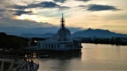 A new landmark along the Kuching Waterfront, nearing completion. (photo credit : Shah Said ; @ all rights reserved)