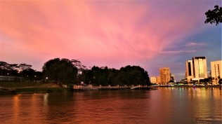 As dusk approaches at the Kuching waterfront. (photo credit : Shah Said ; @ all rights reserved)