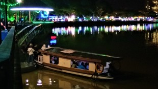 The 'Bot Penambang' or the river taxi ferrying passengers across the waterway at night. (photo credit : Shah Said ; @ all rights reserved)